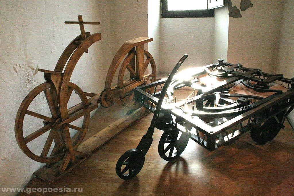 Два средства передвижения, изобретённые Леонардо Да Винчи: велосипед и автомобиль на лучковой тяге.