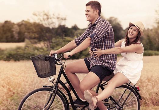 Мужчина и женщина на велосипеде