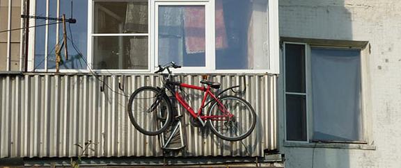 velosiped-na-balkone
